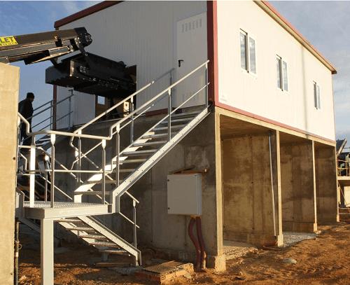 La estación de clasificación y separación KOMPLET es un sistema modular proyectado para ser ampliado y distribuido en planta en base a las exigencias del cliente.  La estación puede incluir diferentes accesorios como techos, escaleras, iluminación, aislamiento térmico, cintas magnéticas y separadores de material liviano.